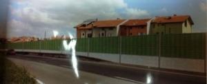 Большая шумоизоляционная стена на границе между бургасским кварталом Сарафово и аэропортом Бургаса